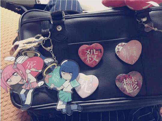 Begitu juga dengan tas untuk sekolah. Tas cewek Jepang itu ibarat lemari berisi koleksi pribadinya. Cewek Jepang gemar menempelkan segala hal yang berbau kesukaannya di tas sekolah. Entah itu pin, gantungan, atau sekedar coretan. Itu tadi pulsker, fakta-fakta unik dibalik seragam cewek Jepang.