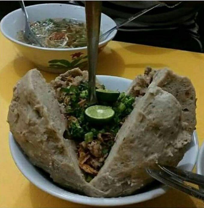 Masih di Jogja nih pulsker, nggak hanya bakso klenger aja yang ada di jogja tapi ada juga nih bakso mandala yang ada di kawasan Selokan Mataram Monjali.