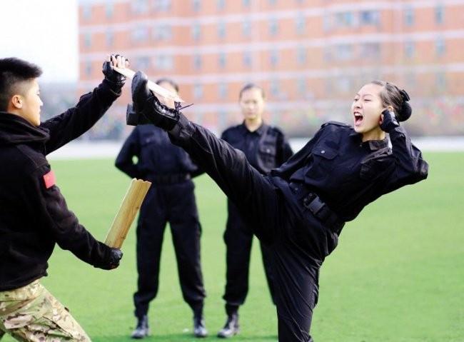 Tidak hanya pramugara saja yang harus berlatih bela diri, tapi pramugari pun harus bisa bela diri.