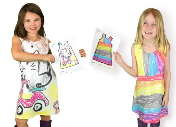 Anak Jaimee beserta temannya sedang memamerkan pakaian hasil karya desain mereka pulsker. Bener-bener unik kan hasilnya?. Seperti kain yang diwarna dengan krayon, padahal ini bukan dari krayon.
