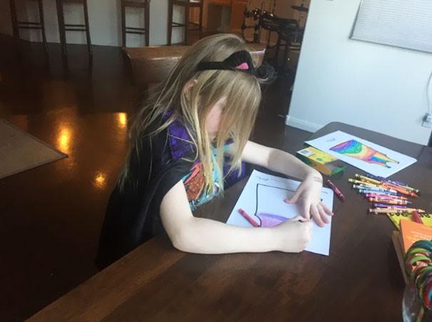 Beginilah suasana anak-anak saat menggambar pola dan desain bajunya. Nampak serius banget ya pulsker bikinnya. Keseriusan dan kesungguhan saat mengerjakan sesuatu memang harus diajarkan kepada anak sejak dini pulsker.