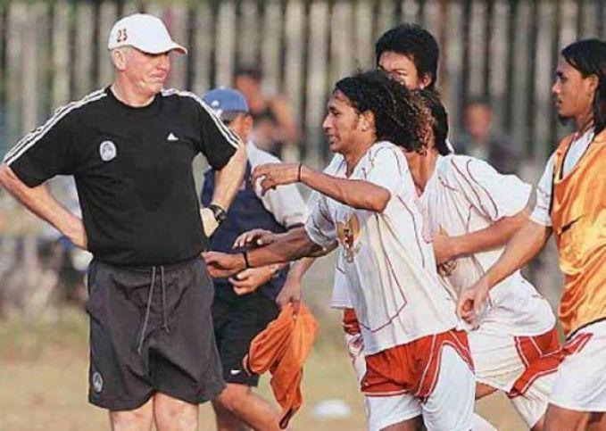 Patah tulang pada pergelangan kaki yang dialaminya pada awal tahun 1970-an membuat Sinyo Aliandoe banting stir menjadi pelatih. Meski tidak sempat mempersembahkan gelar bagi tim nasional, namun pria asal Flores tersebut sukses menyentil dunia. Ya, skuat asuhannya kala itu hampir menembus putaran final Piala Dunia Meksiko di tahun 1986. Bambang Nurdiansyah cs sukses lolos dari babak Grup 3B Zona Asia dengan menjadi juara grup. India, Bangladesh dan Thailand sanggup dikalahkan. Sangat disayangkan, hasil mengecewakan diderita Sinyo dan para pemainnya di babak selanjutnya. Di leg pertama di Seoul, Indonesia kalah 2-0, sebelum kemudian kalah 1-4 di Stadion Senayan (kini Gelora Bung Karno) dari raksasa Asia, Korea Selatan. Akan tetapi, berkat ilmu yang ia petik ketika ikut penataran FIFA di Inggris, penampilan tim nasional Garuda menjadi penuh perhitungan dan dicap sebagai salah satu yang terbaik. Read more at http://www.fourfourtwo.com/id/features/10-pelatih-terbaik-timnas-indonesia-sepanjang-masa?page=0,4#TBs3lAwklv01ojIL.99