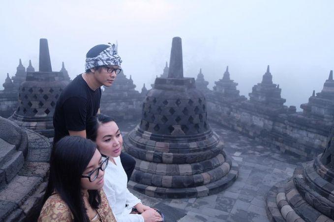 Foto keluarga ala armand dan ayu dewi, dengan memilih latarbelakang candi Borobudur yang masi berkabut pulsker.