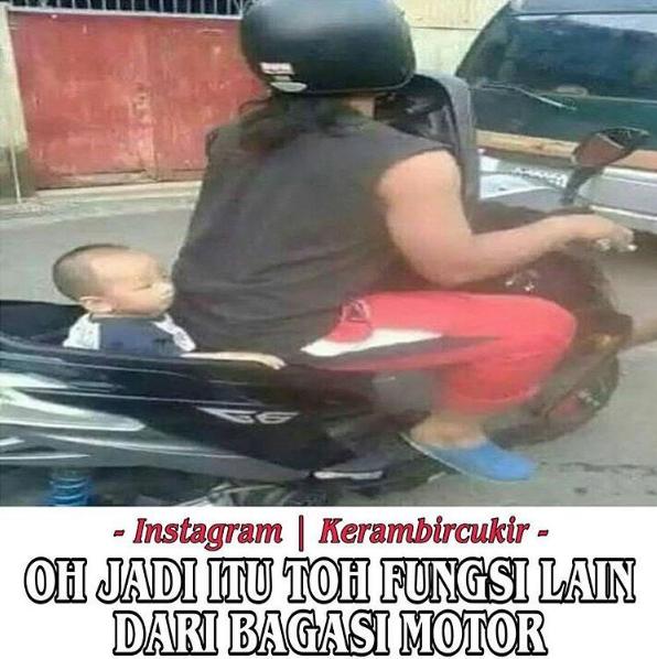 Biar greget nih pulsker, anaknya ditaruh bagasi motor.