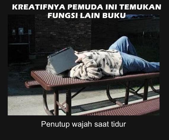 Kerjaan anak sekolah nih, suka tidur. Apalagi pas jam pelajaran, biar nggak ketahuan guru bisa tutup wajahnya pakai buku. Fungsi lain dari buku.