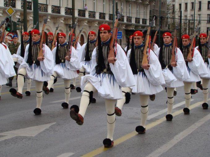 Yunani Evzones Uniform Eiittss..mereka nggak lagi memakai rok mini ya Pulsker. Ini adalah seragam tentara dari Yunani. Walaupun hanya dipakai untuk acara ceremonial, tapi mereka lucu banget ya..