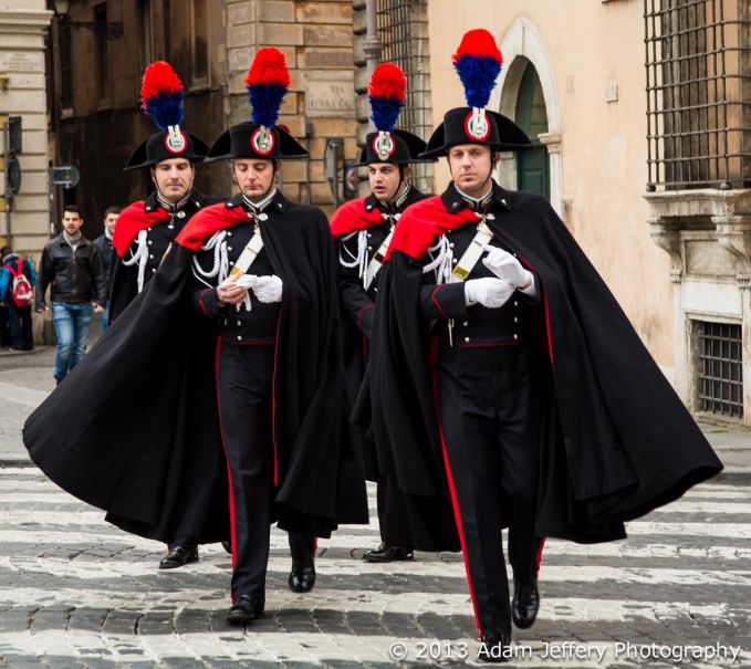 Italian Carabinieri Uniform Wah jangan-jangan tentara dari Italia ini juga bisa terbang? Italia memang menjadi pusat perhatian dunia, jadi nggak heran kalau seragam tentaranya stylish kaya gini. Tapi musuh jadi takut nggak ya?