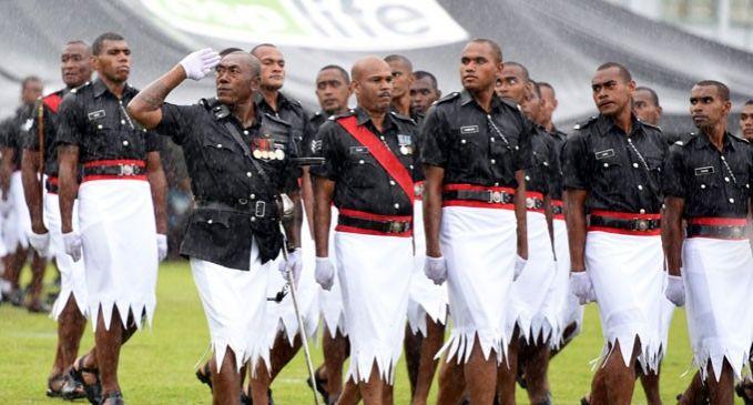 Fiji Traffic Police Uniform Tahan ketawamu dulu Pulsker, ini adalah seragam ceremonial yang dipakai polisi lalu lintas Fiji. Kalau dilihat lagi bawahan seragam ini seperti baju primitif di film flinstone, masih inget nggak?