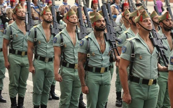 Spanish Legion Uniform Mungkin dengan membuka kancing baju sampai sedada membuat pesona maskulin para tentara Spanyol ini terpancar, gimana menurutmu?