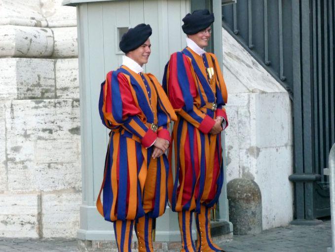 Vatican Guard Uniform Warna dari seragam ini unik banget ya Pulsker, ceria banget. Tapi walaupun begitu, para tentara ini menjaga keamanan daerah Vatican lho. Kalau kamu melihat mereka takut nggak?