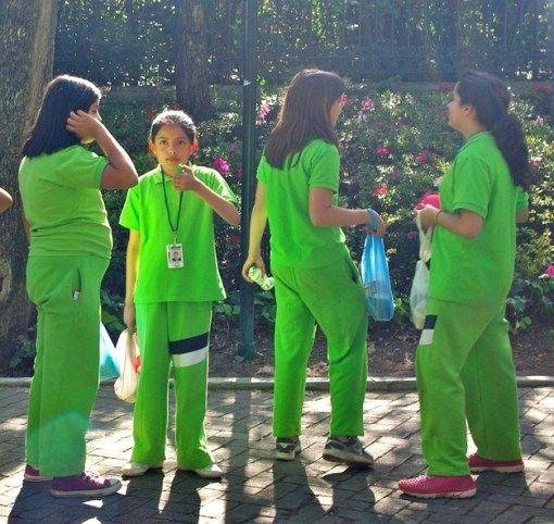 Mexico Warna hijau yang sangat mencolok ini sangat jarang digunakan Negara lain untuk dijadikan warna seragam dan hanya Negara mexicolah yang berani menggunakan warna hijau mencolok ini. Bahkan seragam cowok dan cewek itu taka da bedanya.