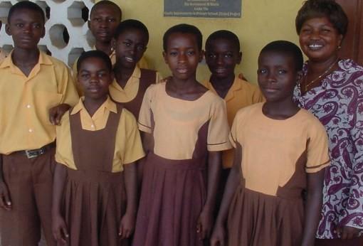 Ghana Walaupun ditempat ini serba kekurangan mereka mengupayakan untuk bisa menggunakan seragam saat sekolah dengan bahan yang sederhana tanpa mengeluarkan banyak biaya. Tapi ketika dipakai terlihat elegan dan tak tampak seperti orang yang tak punya.