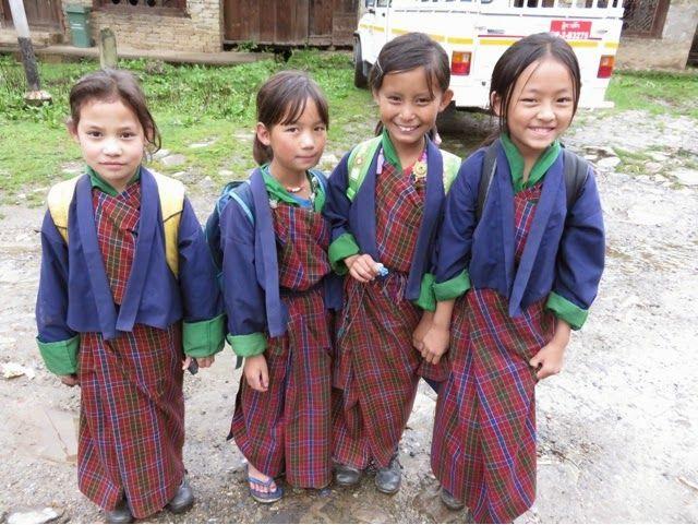 Bhutan Warga Bhutan mengenakan seragam yang masih tradisional banget, walaupun terlihat sederhana seragam itu kaya akan nilai budaya. Seragam itu juga menggambarkan warisan nenek moyang mereka.