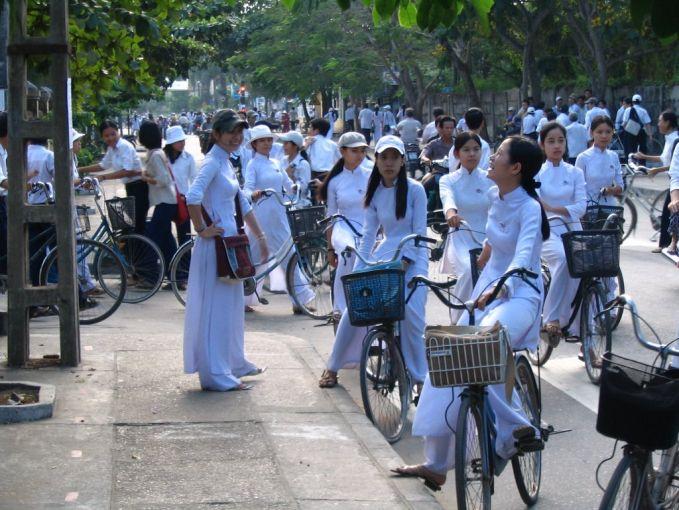 Vietnam Banyak warga diberbagai Negara baju putih-putih dipakai untuk sembahyang, beda lagi di Vietnam. Bagi mereka baju warna putih dikenakan saat sekolah, dan itu adalah seragam yang diandalkan.