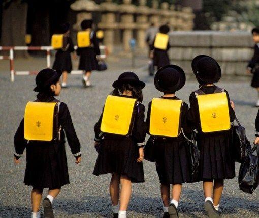 Shanghai Pulsker pernah nonton film Boboho? Film yang ada pada era 90-an. Kalau pernah berarti tau dong seragam yang pernah dikenakannya? Yup mirip banget sama seragam ini. Warna seragam yang gelap, tas mereka serupa tapi tak sama.