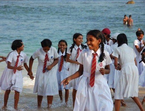 Sri Lanka Selain warna seragamnya putih, dasi yang mereka kenakan yang membuat unik. Warna merah dengan garis-garis mirip dasi orang kantoran.