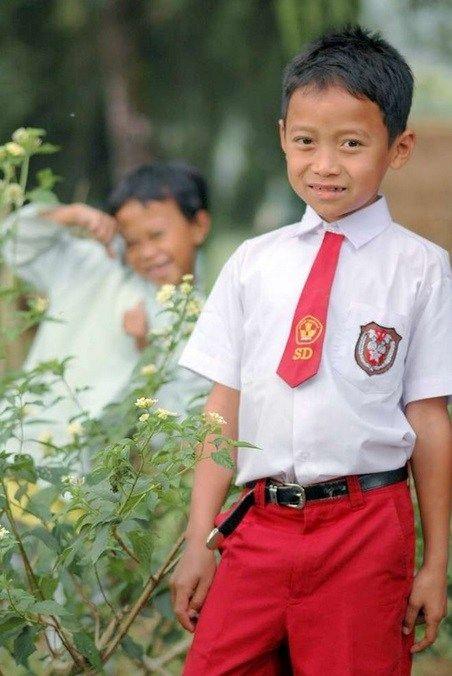 Indonesia Warna seragam yang terinspirasi dari warna bendera merah putih ini menjadikan seragam Indonesia masuk dalam seragam terbaik pulsker. Seragam ini biasanya dikenakan anak SD. Wiihh keren kan Indonesia?