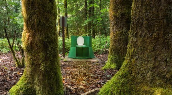 Nih toiletnya ada di hutan, yang mau camping jangan khawatir sudah ada toilet di tengah hutan. Tepatnya diBritish Columbia, Kanada.