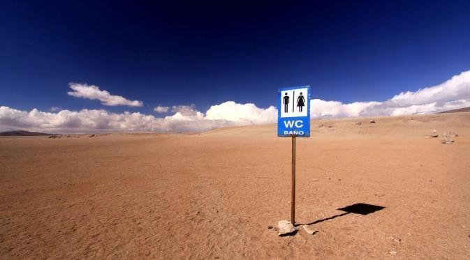 Nggak dihutan aja pulsker, di tengah gurun pasir yang panas nan luar ini pun juga ada tepatnya di The Siloli, Bolivia. Bingungkan yang mana toiletnya? Gurun pasir yang luas itu toiletnya.