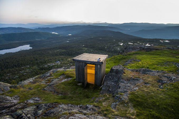Pulsker ingin merasakan bagaimana sensasinya buang air besar atau kecil ditoilet yang dibangun dipuncak gunung dengan ketinggian 904 Mdpl? terdapat di kota Jonsknuten, Norwegia.