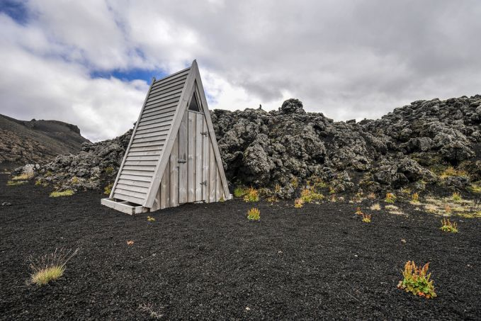 Ini adalah gundukan lava yang membeku hasil erupsi gunung Laugahraun, jadi kalau pulsker buang air besar ditoilet yang berbentuk segitiga itu maka pulsker sedang buang air besar diatas gundukan lava.
