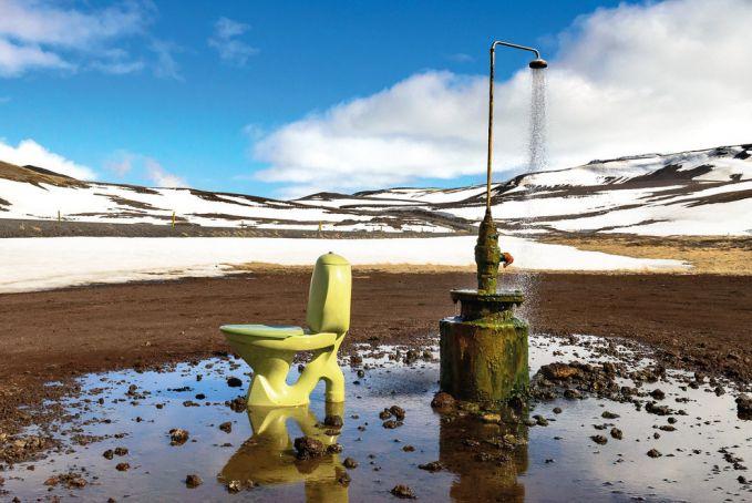 Masih belum diketahui siapa yang membuat toilet semacam ini di Krafla Geothermal Power Station, Islandia. Toilet terbuka ini telah menyebar luar di media sosial instagram.