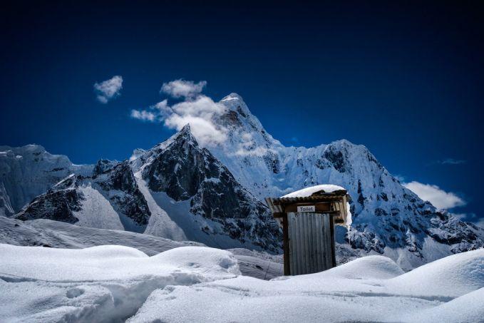Toilet yang dikelilingi dengan salju dan gunung dengan ketinggian 6.812 mdpl, gimana keren kan? Pengen nggak kesini pulsker?