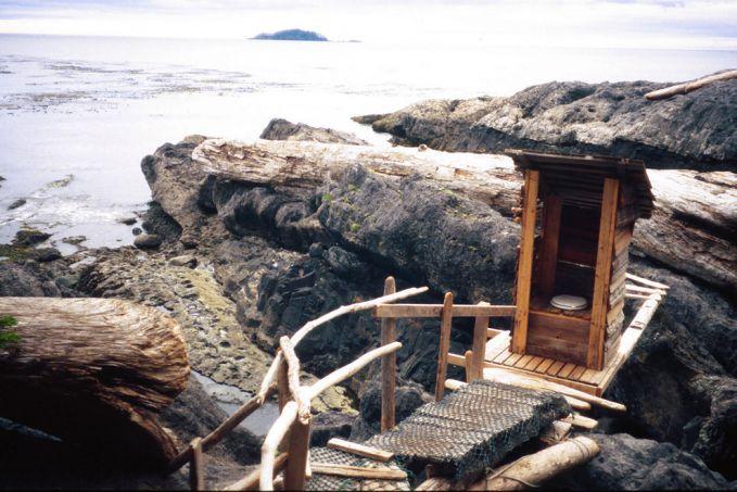 British Columbia, Kanada terdapat toilet yang berada diantara karang-karang besar yang ada di pantai Haida Gwaii. Toilet tanpa pintu dan closet dengan penyiraman otomatis.