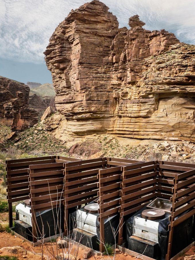 Alih-alih memberi sekat pada setiap biliknya, pulsker malah bisa bercengkram dengan orang disebelah pulsker. Toilet ini di kawasan Taman Nasional Grand Canyon.