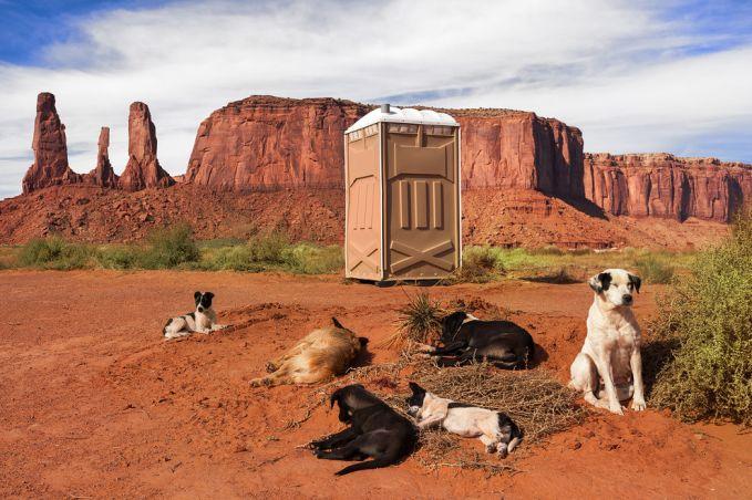 Mungkin pulsker ingin ketika buang air besar ditemani sekelompok anjing liar? Bisa coba nih toilet yang ada di dekat Monument Valley, Utah, USA.