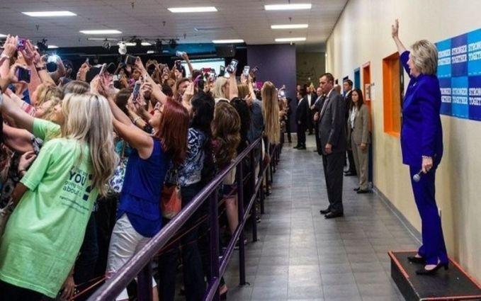 Entah dalam acara apa, semua orang beramai-ramai berselfie dengan Hillary Clinton.
