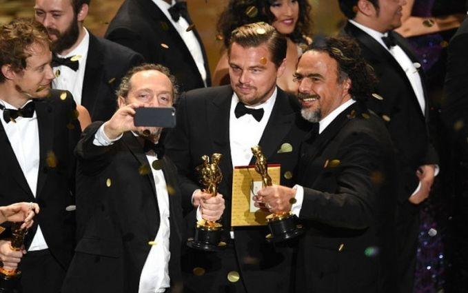 Bergantian berselfie dengan Leonardo DiCaprio yang selama masa berkarirnya menjadi aktor akhirnya mendapatkan piala Oscar.