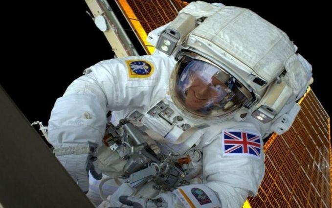 Seorang Astronot asal Inggris yang sedang berselfie di luar angkasa.