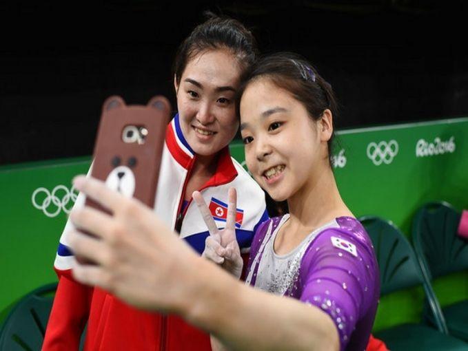 Damai itu indah..Foto ini adalah saat atlet senam Korea Utara berselfie dengan atlet senam Korea Selatan.