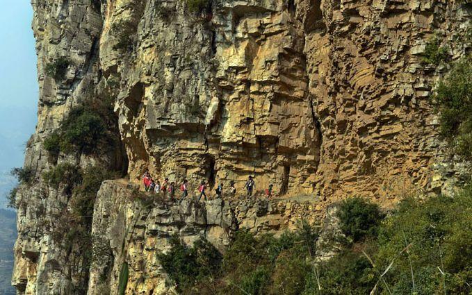 Apa yang mereka lakukan di Gulu, Cina ini bukanlah sedang liburan mendaki gunung pulsker. Tapi mereka tengah berjuang menyusuri jalan setapak di sebuah tebing selama lima jam perjalanan untuk pergi ke sekolah setiap paginya.