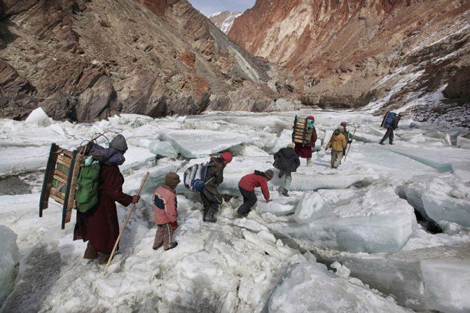 Di pegunungan Himalaya anak-anal gunung memiliki semangat yang tinggi untuk memperoleh ilmu dan pendidikan pulsker. Walaupun jalan yang harus mereka lalui penuh rintangan salju yang licin dan ancaman badai salju yang tidak menentu.