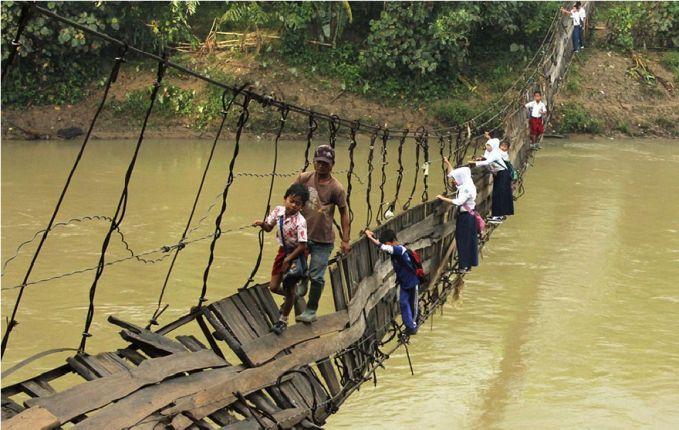 Dan ini salah satu potret pendidikan di negara kita pulsker. Betapa beratnya perjuangan anak-anak di Lebak ini. Mereka harus melewati jembatan yang sudah tidak layak lagi untuk menyeberang ke sekolah. Berbahaya sekali ya pulsker, karena arus sungainya juga deras dibawahnya.