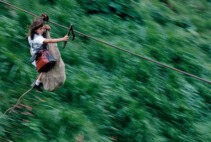 Anak-anak ini juga bukan melakukan outbond atau bersenang-senang pulsker. Tapi inilah perjuangan mereka ke sekolah setiap harinya di Kolombia. Mereka harus melewati tali tambang sepanjang 400 meter diatas sungai Rio Negro. Kalau dihitung dari pergi dan pulang sudah 800 meter lho.