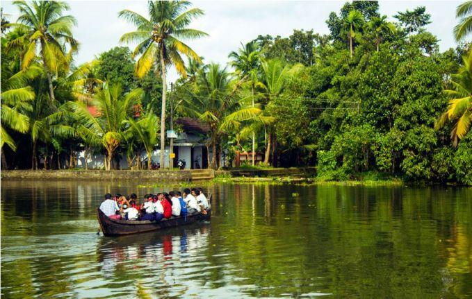 Sementara itu, anak-anak di Kerala, India harus menggunakan perahu yang kecil ini untuk pergi ke sekolah pulsker. Mereka yang naik perahu ini juga tidak sedikit lho. Jadi bisa dibayangkan bagaimana rasanya disitu selain menjaga keseimbangan agar perahu tidak terguling.