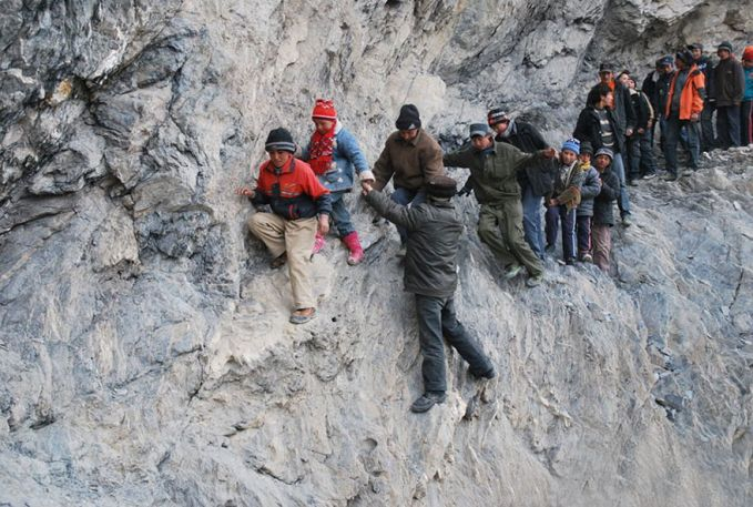 Wilayah Cina yang lain yang tak kalah ekstrimnya adalah di Pili. Lihat saja perjuangan anak-anak tangguh ini melintasi tebing yang sangat curam untuk bersekolah. Mereka dibantu penduduk setempat yang peduli dengan keselamatan anak-anak ini pulsker.