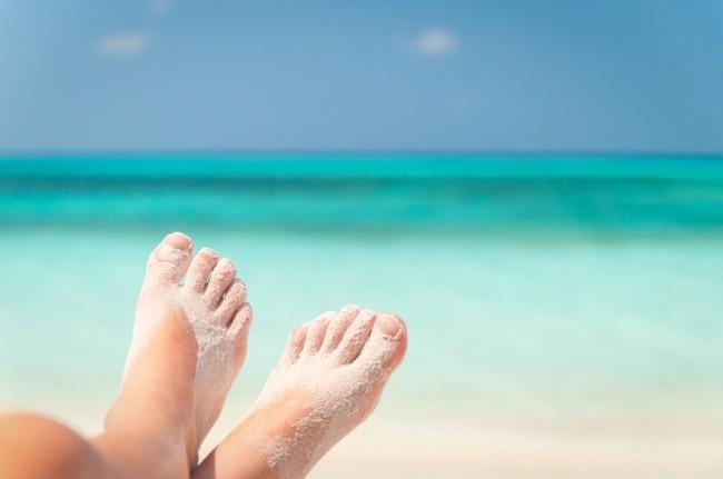 Menghilangkan pasir pantai Bermain di pantai memang asik banget, tapi yang sedikit mengganggu adalah pasir pantai yang menempel pada kaki dan tubuh. Dan itu sulit untuk dihilangkan. Bedak bayi adalah solusinya Pulsker. Kamu cukup menaburkan bedak bayi pada kulit yang terkena butiran pasir. Bersih lagi deh!