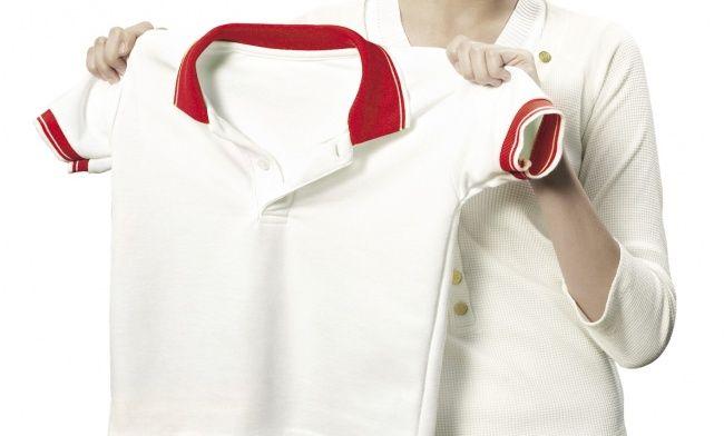 Menghilangkan noda bekas minyak Saat bajumu terkena noda minyak, jangan panik dulu Pulsker, karena kamu bisa memanfaatkan bedak bayi untuk mengatasi masalahmu. Caranya, sebelum pakaianmu dicuci taburkan bedak ke daerah yang terkena minyak, tunggu kira-kira satu jam agar minyak menyerap. Setelah itu cuci baju seperti biasa dan jemur hingga kering.
