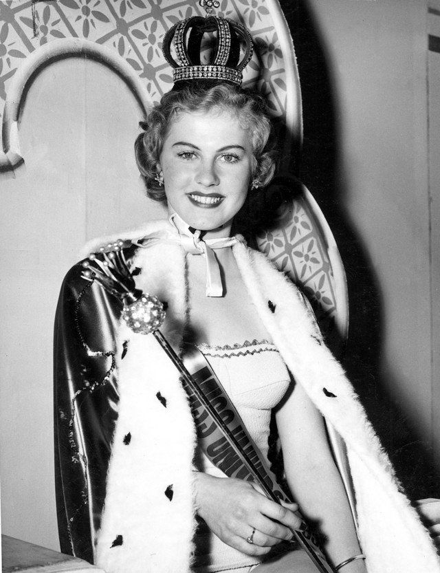 Saat perhelatan Miss Universe pertama kali digelar pada 1952, pemenangnya adalah Armi Kuusela asal Finlandia. Di berhak menggunakan mahkota Romanov yang super mewah pulsker. Mahkota kemenangan itu konon merupakan mahkota warisan kerajaan Rusia yang memilki 1.535 berlian lho.