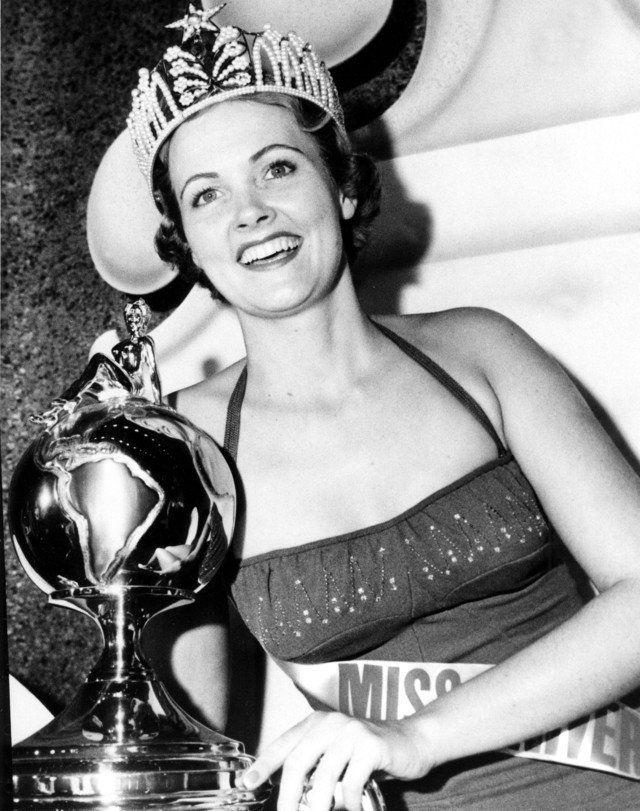 Ini dia salah satu mahkota Miss Universe fantastis. Di era penyelenggaraan 1954 hingga 1960, Miss Universe Organization menggunakan model mahkota ini nih pulsker. Mahkota dengan lambang bintang diatasnya ini diklaim menggunakan 1000 mutiara hitam dan putih serta dilapisi emas juga platinum dengan berat 566,9 gram. Konon, usut punya usut harga mahkota ini mencapai 500.000 dolar atau setara Rp 6,67 miliar. Gimana gak antastis kan pulsker?.