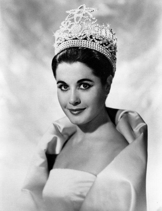 Di tahun 1961, Miss Universe Organization membuat mahkota khusus untuk pemenang sebagai peringatan satu dekade terselenggaranya ajang kecantikan ini pulsker. Dibuat dengan desain khusus, mahkota Rhinestone ini menggunakan berlian imitasi dengan aksen bintang diatasnya. Sayang, mahkota cantik ini hanya digunakan dua pemenang Miss Universe saja pulkser. Yakni pada edisi 1961, Marlene Schmidt dari Jerman dan edisi 1962, Norma Nolan dari Argentina.