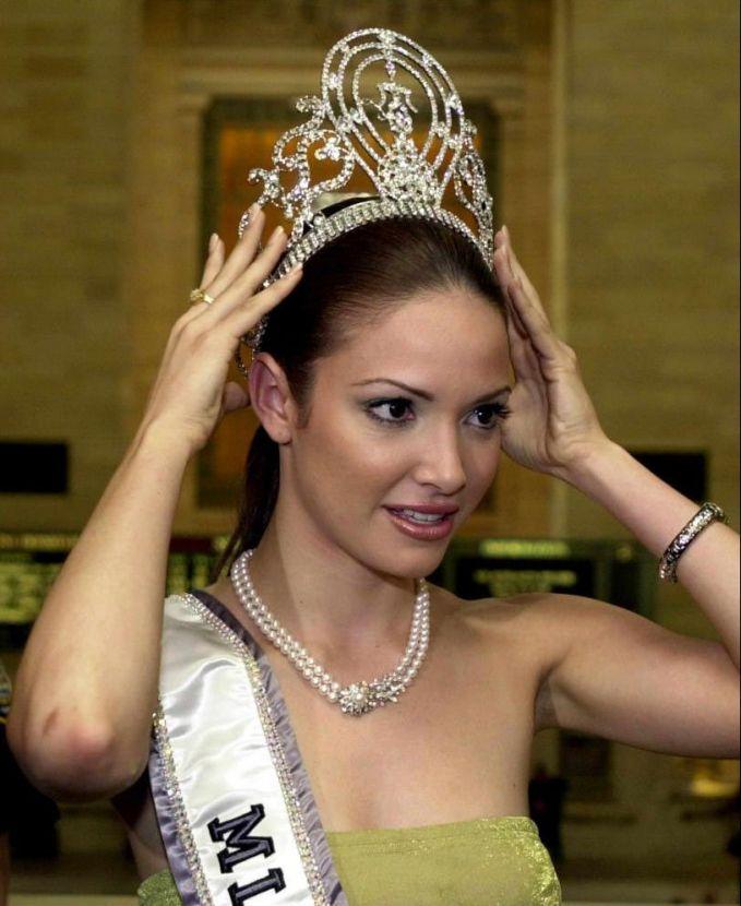 Tahun 1963 Miss Universe menggunakan mahkota buatan Sarah Coventry yang merupakan pembuat perhiasan terkenal dunia. Mahkota ini sangat legendaris karena digunakan lebih dari 38 tahun yakni dari 1963 hingga 2001. Ieda Maria Vargas, Miss Universe 1963 asal Brasil adalah yang beruntung menggunakan mahkota ini pertama kali pulsker. Sementara itu, Denise Quinones Miss Universe 2001 asal Puerto Rico diketahui yang beruntung menggunakan mahkota ini untuk terakhir kalinya. Wah, benar-benar sebuah keberuntungan ya?.