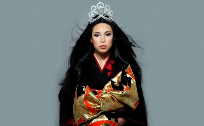 Selanjutnya Miss Universe 2002, Oxana Federova adalah yang pertama memakai mahkota baru yang simpel namun elegan. Mahkota ini sekaligus menandakan era baru mahkota ajang kecantikan dan terinspirasi dari bulu burung phoenix. Mahkota itu melambangkan status, kekuasaan dan keindahan. Mahkota yang digunakan Miss Universe era 2002 hingga 2007 ini mengusung 500 berlian 30 karat serta 120 mutiara dari Laut Selatan dan Akoya dengan diameter 3 hingga 188mm. Mahkota buatan perusahaan perhiasaan Jepang, Mikimoto ini dilaporkan bernilai 250.000 dolar AS atau setara Rp 3,34 miliar. Harga fantastis untuk sebuah mahkota.