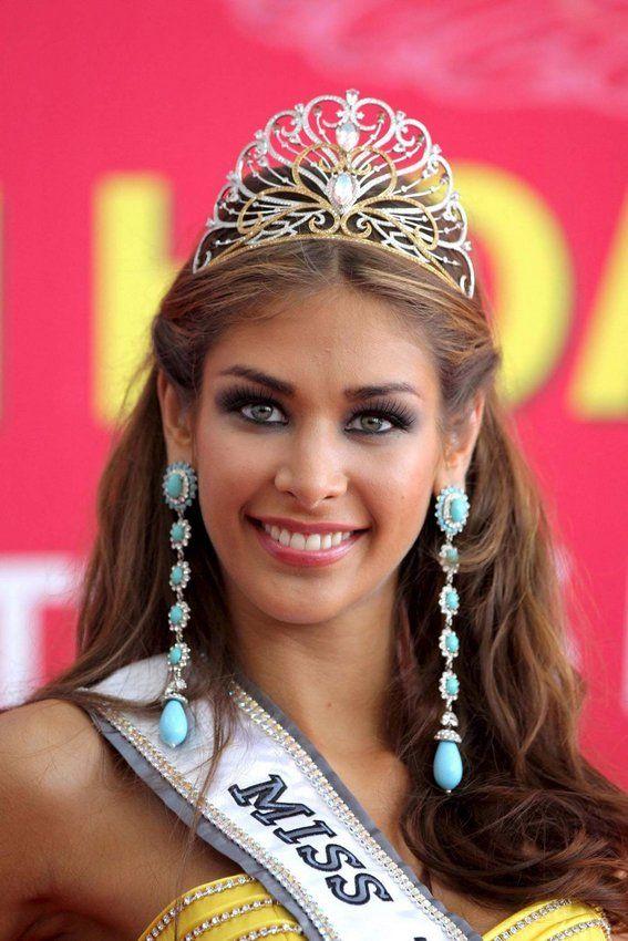 Di tahun 2008, mahkota Miss Universe kembali berubah nih pulsker. Mahkotanya dibuat oleh perusahaan perhiasaan asal Vietnam CAO Fine Jewelry yang merupakan sponsor resmi Miss Universe kala itu. Mahkota di ajang yang diselenggarakan di Vietnam tersebut kabarnya mengusung emas putih dan kuning 18 karat serta lebih dari 1.000 batu mulia lho. Hanya sekali digunakan oleh Dayana Mendoza pemenang asal Venezuela, mahkota cantik itu diketahui bernilai 120.000 dolar AS atau setara Rp 1,6 miliar. Cukup mahal sih ya pulsker. Stefania Fernandez asal Venezuela menjadi Miss Universe pertama yang mencicipi mahkota ini. Sementara Gabriela Isler asal Venezuela adalah Miss Universe terakhir yang menggunakan mahkota cantik ini yakni pada tahun 2013.