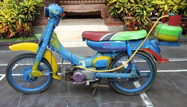 Wah, ini dia karya inovatif anak bangsa. Motor antik di Malang, Jawa Timur ini menggunakan gas metan yang ada di tabung sebagai bahan bakarnya pulsker. Keren, ini baru modifikasi sekaligus inovasi.