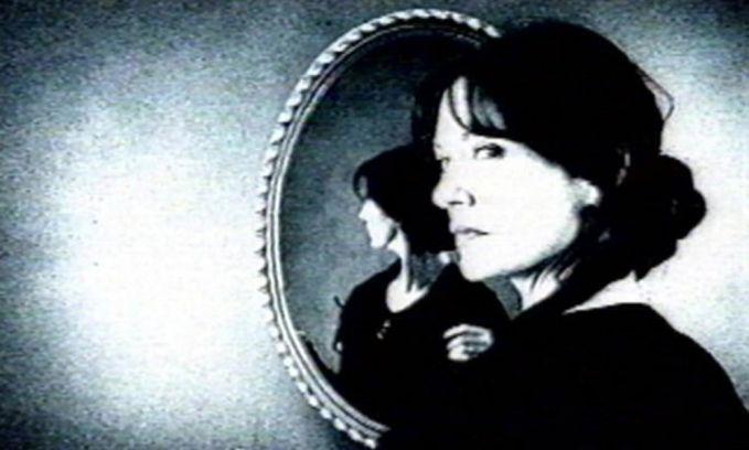 Sisir rambut di malam hari. Saat tengah malam, coba matikan lampu kamarmu dan nyalakan lilin. Lalu, duduklah didepan cermin dan sisir rambutmu perlahan dengan melihat ke cermin. Saat itulah, dipercaya dia akan menampakkan diri didepanmu.